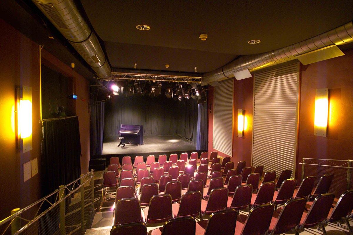 Theater Freudenhaus – Zuschauerraum und Bühne