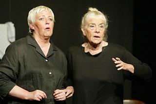 Theater Freudenhaus: Zwei Witwen sehen rot